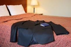 Kostuum op het bed van het Hotel royalty-vrije stock fotografie