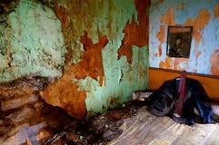 Kostuum in verlaten oud huis stock foto