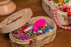Kostuumjuwelen in de doos Stock Afbeelding