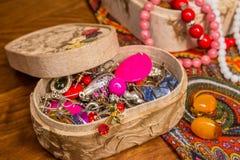 Kostuumjuwelen in de doos Royalty-vrije Stock Fotografie