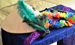 Kostuumtoebehoren op blauw materiaal Stock Fotografie
