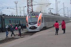Kostyantynivka, Ukraine - 5. Dezember 2017: Passagiere und Hochgeschwindigkeitszug Lizenzfreies Stockbild