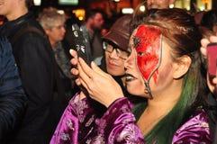 Kostymerade deltagare av levande döden kryper och ståtar 2015, Toronto, Ontario, Kanada Arkivbilder