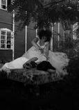Kostymerade flickor i gotisk plats Royaltyfria Bilder