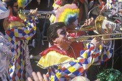 Kostymerade musiker på Mardi Gras, New Orleans, LA Royaltyfri Fotografi