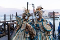 Kostymerade par under karneval i Venedig arkivbild