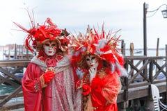 Kostymerade par under karneval i Venedig arkivbilder