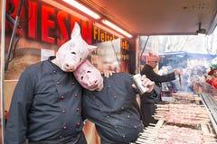 Kostymerade svin som grillar på karneval i Duesse Royaltyfri Fotografi