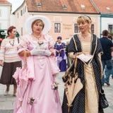 Kostymerade underhållare på gatorna av Varazdin Fotografering för Bildbyråer