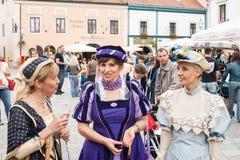 Kostymerade underhållare på gatorna av Varazdin Arkivbilder