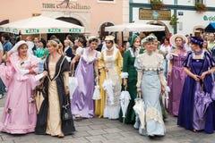 Kostymerade underhållare på gatorna av Varazdin Royaltyfri Fotografi