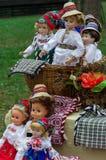 Kostymerar den iklädda traditionella folken för dockor rumänskt royaltyfria foton