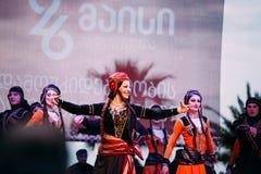 Kostymerar iklädda traditionella folk för folk dans under cen Arkivbild