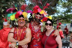 Kostymerat folk på den inkörda New Orleans för röd klänning franska fjärdedelen royaltyfria bilder