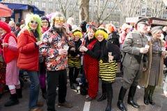 Kostymerat folk på karneval i Duesseldorf Arkivfoto