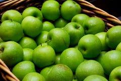 Kosz świezi zieleni jabłka zdjęcia royalty free