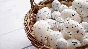 Kosz biali kropkowani Wielkanocni jajka w brązu łozinowym koszu zbiory wideo