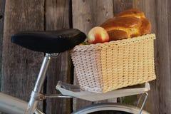 kosz bicyklem z jabłkami i rolką Zdjęcia Royalty Free