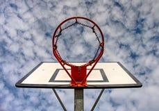 Kosz dla sztuki koszykówki przy outside zdjęcia stock