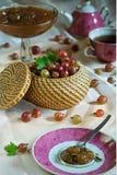 Kosz dojrzały czerwony agrest i dżem na kłaść stole podczas herbacianego czasu Zdjęcie Royalty Free