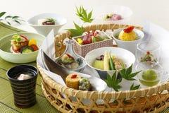 Kosz japoński jedzenie z suszi i warzywo polewką Zdjęcia Royalty Free
