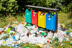 Kosz na śmieci wokoło i śmieci Obrazy Royalty Free