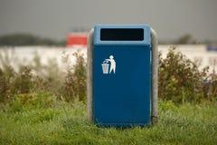 Kosz na śmiecie w parku fotografia stock
