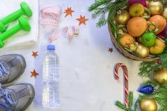 Kosz owoc, cukierków stojaki przeciw i Obrazy Stock