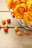 Kosz pomarańczowe róże Fotografia Royalty Free