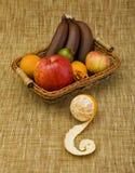 kosz wypełniająca owoc Obrazy Royalty Free