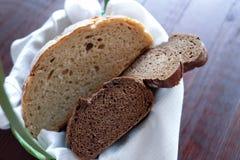 Kosz z świeżym białym i czarnym chlebem smakowitym Zdjęcie Royalty Free