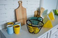 Kosz z żółtymi cytrynami na stojaku zdjęcie stock