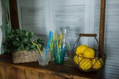 Kosz z żółtymi cytrynami na stojaku zdjęcia royalty free