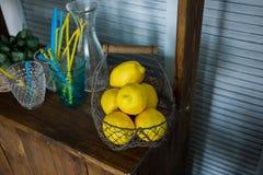 Kosz z żółtymi cytrynami na stojaku obraz stock