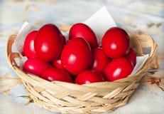 Kosz z czerwonymi Wielkanocnymi jajkami zdjęcie royalty free