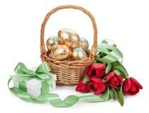 Kosz z Easter złotymi jajkami na białym tle Zdjęcie Royalty Free