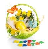 Kosz z jajkami i Szczęśliwą Wielkanocną inskrypcją na bielu zdjęcie stock