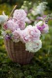 Kosz z latem kwitnie na blured naturalnym tle Zdjęcia Stock
