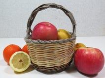 Kosz z owoc Zdjęcia Royalty Free