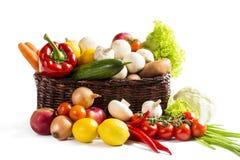 Kosz z owoc warzywami na białym tle Zdjęcia Royalty Free