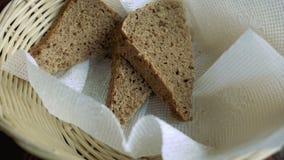 Kosz z trzy kawałkami chleb zbiory