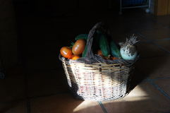 Kosz z warzywami na podłoga obraz stock