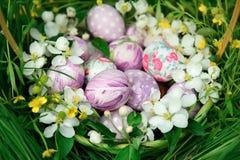 Kosz z Wielkanocnymi jajkami i wiosną kwitnie wokoło Zdjęcia Royalty Free