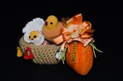 Kosz z Wielkanocnymi kurczątkami i jajkiem Obrazy Stock