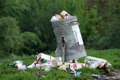 kosza śmieci odosobniony biel Obrazy Stock