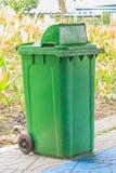 kosza śmieci zieleni ampuła Obraz Stock