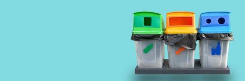 Kosza śmieciarski rozdzielenie przetwarzający na błękicie zdjęcie stock
