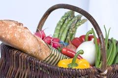 kosza świeży chlebowy folował warzywa Zdjęcia Stock