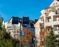 Koszalin, Πολωνία, στις 19 Οκτωβρίου 2018: ηλιακά πλαίσια στο υπόβαθρο της κατοικημένης ημέρας σπιτιών στοκ εικόνα με δικαίωμα ελεύθερης χρήσης