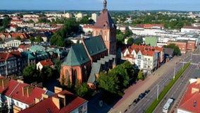 KOSZALIN, ΠΟΛΩΝΙΑ - 20 Ιουλίου 2018 - εναέριο μήκος σε πόδηα, αργό πέταγμα πέρα από το γοτθικό καθεδρικό ναό στην πόλη Koszalin απόθεμα βίντεο